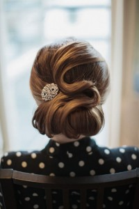 Ciekawe upięcie włosów - fryzura wieczorowa
